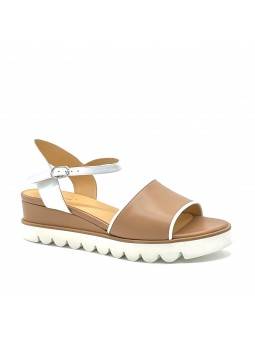 Dark beige and white leather sandal. Leather lining, fabric covered wedge and ru