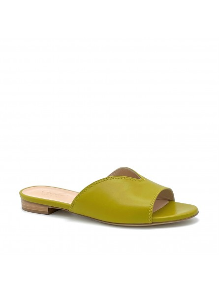Pistachio green leather mule. Leather lining, leather sole. 1 cm heel.