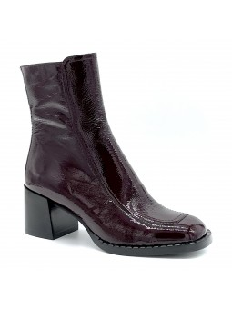 Bordeaux patent leather with creased effect boot. Leather lining, rubber sole. 6
