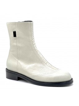Ivory leather boot. Leather lining, rubber sole. 3,5 cm heel.