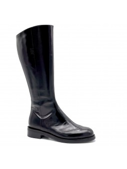 Black leather boot. Leather lining, rubber sole. 3,5 cm heel.