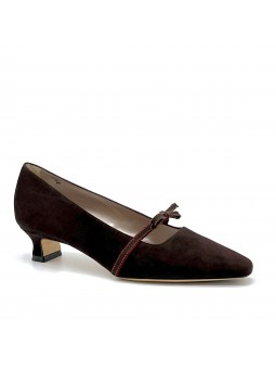 Dark brown suede pump with grosgrain ribbon and bordeaux suede detail. Leather l