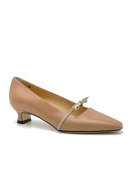 Dark beige leather pump with grosgrain ribbon. Leather lining, leather and rubbe