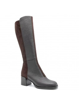 Brown suede and leather boot. Leather lining, rubber sole. 6 cm heel.