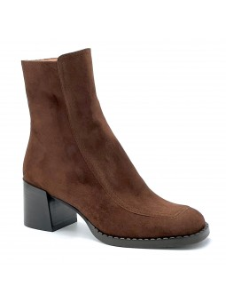 Brown suede boot. Leather lining, rubber sole. 6 cm heel.