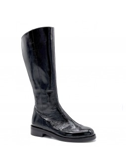 Black patent leather with creased effect boot. Leather lining, rubber sole. 3,5