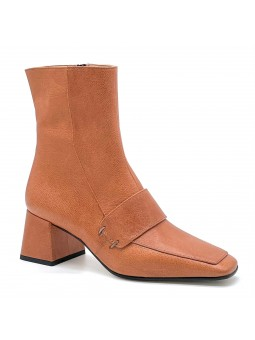 Tan leather boot. Leather lining, leather and rubber sole. 6 cm heel.