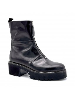 Black leather boot with zipper. Leather lining, rubber sole. 5,5 cm heel.