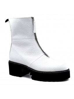 White leather boot with zipper. Leather lining, rubber sole. 5,5 cm heel.