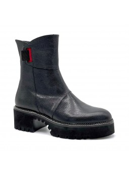 Black leather boot. Leather lining, rubber sole. 5,5 cm heel.