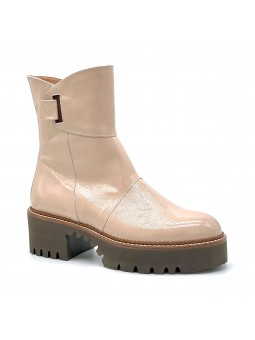Nude colour patent leather with creased effect boot. Leather lining, rubber sole