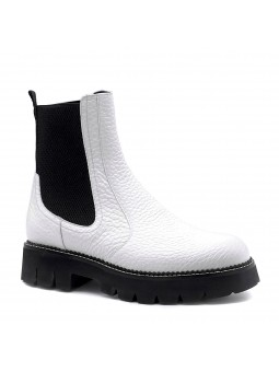 White leather beatle. Leather lining, rubber sole. 4 cm heel.