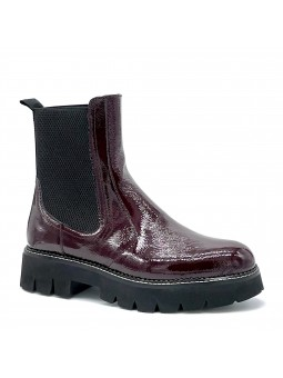 Bordeaux patent leather with creased effect beatle. Leather lining, rubber sole.