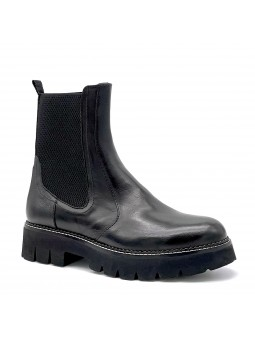 Black leather beatle. Leather lining, rubber sole. 4 cm heel.