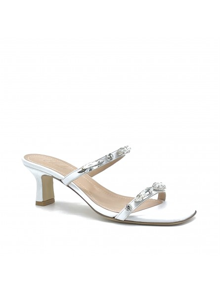 Mule in pelle bianca con strass crystal ricamati a mano. Fodera in pelle, suola