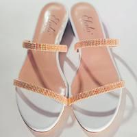A volte è proprio la delicatezza a lasciare il segno.   #elata #shoes #sari #flats #pink #nude #white #fashion #beautiful #madeinitaly #make #difference #spring #summer #collection